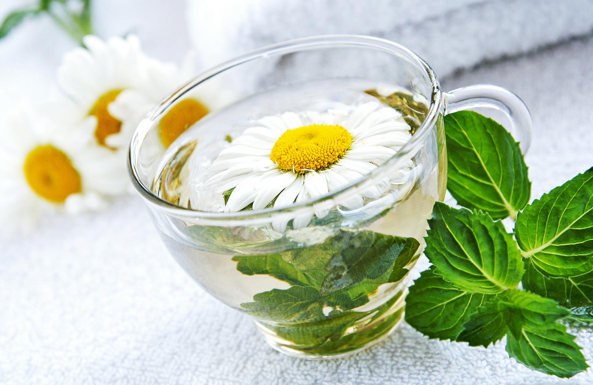 5 motive pentru a consuma ceai fierbinte vara